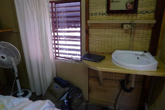 1322 Backpackers International: Sink in double room