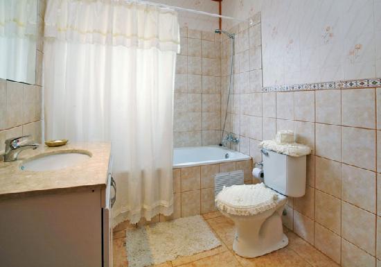 hostal helmut haus: bathroom in sute