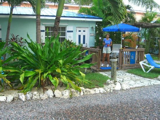 Island Bay Resort: LIttle porch for every unit