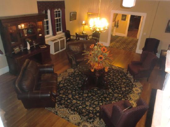 The Woodford Inn: Comfortable Lobby