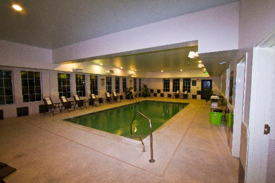 La Quinta Inn & Suites Stonington: The indoor pool just off the lobby.