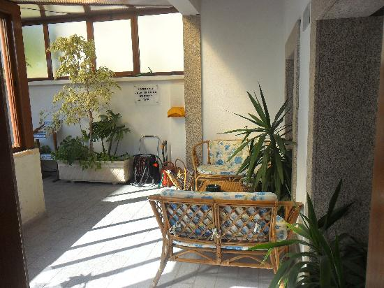 هوتل جراندي ريو: Le salon à côté de la terasse.