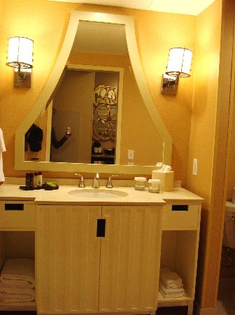 Embassy Suites by Hilton Houston Downtown: bright and roomy bathroom