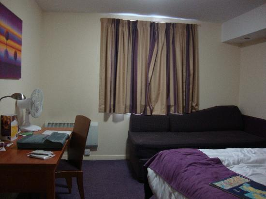 Premier Inn Glasgow East Kilbride (Nerston Toll) Hotel: Sofa bed