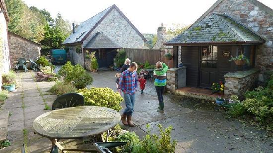 Oldaport Farm Cottages: Court yard