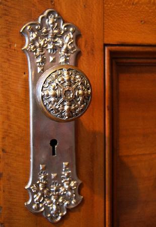 Elmcroft B&B: Silver doorknobs!