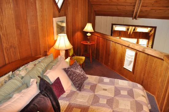 Black Heron Inn: Grandview loft & king size bed