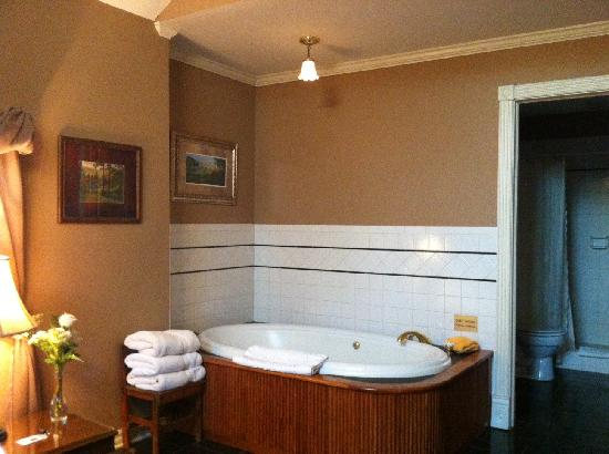 The Inn at Rose Hall Bed and Breakfast: Jacuzzi for two