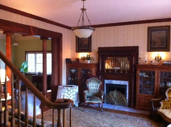 The Inn at Rose Hall Bed and Breakfast: Fun parlor