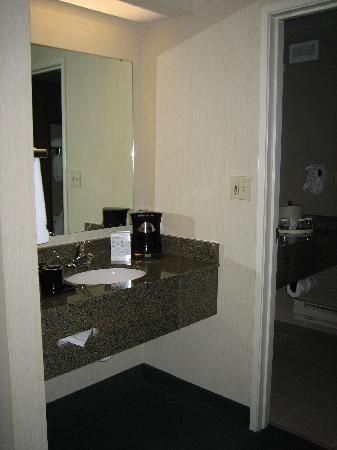 Emerald Queen Hotel & Casino: Sink Area outside Bath