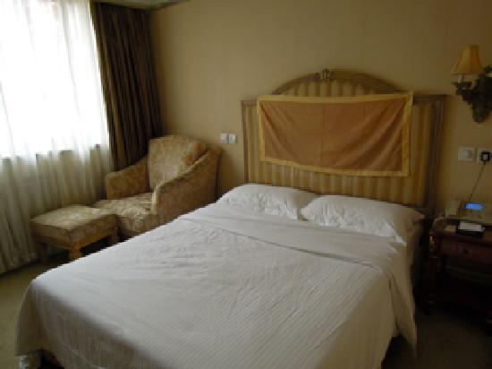 Chong Qing Hotel: 硬いベッド