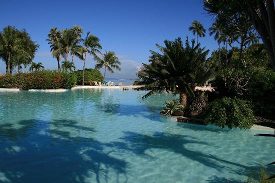 Le Meridien Tahiti : the swimming pool in between breakfast area and lagoon