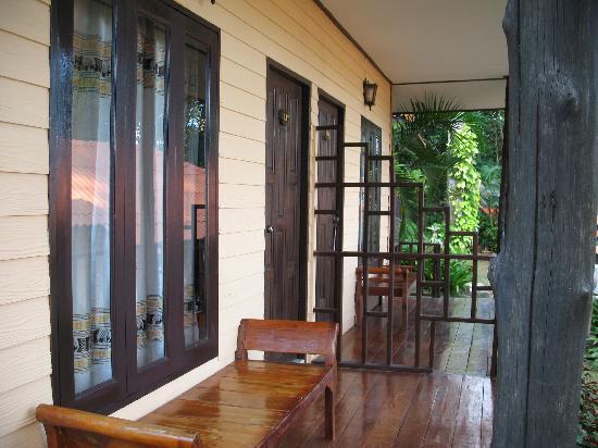 Paradise Bungalows: The front porch