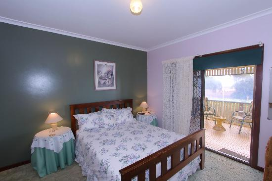 Dunelm House B&B: Queen beds with private bathroom