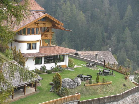 Alphotel Pension Panorama: Closer view of hotel from a hiking trail