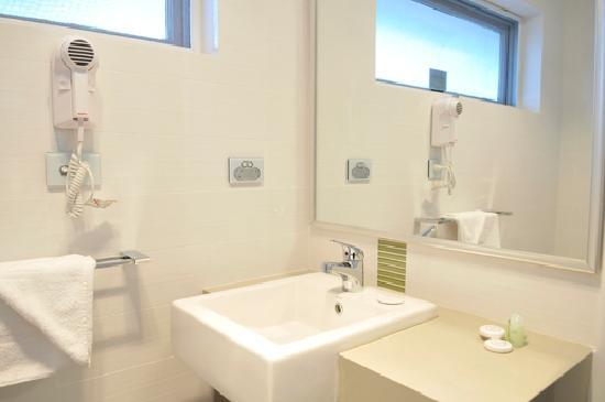 Bentley Motel: Fully refurbished bathroom