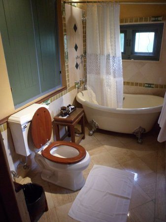 Ariyasomvilla: Bathroom (suite #208)