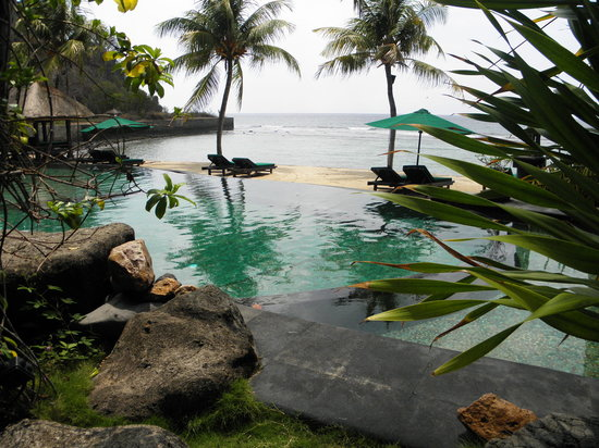 Alang-Alang Boutique Beach Hotel: pool and ocean