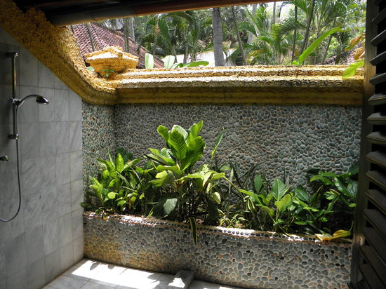 Alang-Alang Boutique Beach Hotel: outdoor bathroom