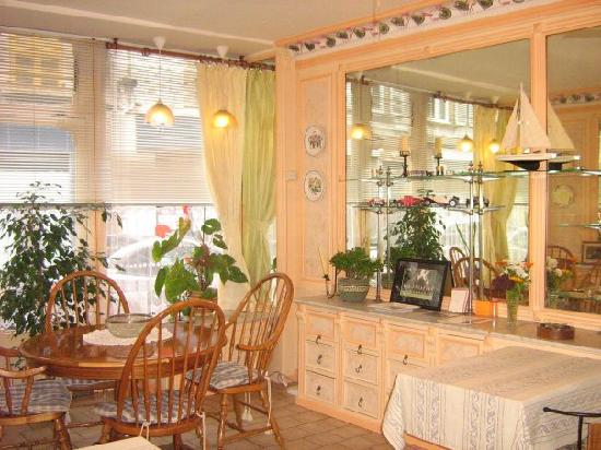 L'Assiette Anglaise: Breakfast/dinning room