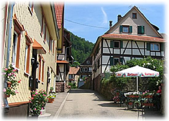 Heuweiler, Deutschland: Das über hundert Jahre alte traditionsreiche Haus wurde im Jahr 2004 total renoviert und wird vo
