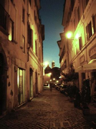 RomAntica INN: the street by night