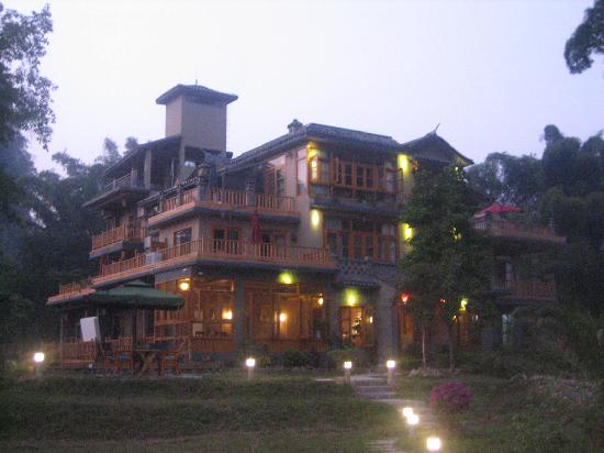 Moondance Boutique Resort: Hotel at dusk from the river bank deck