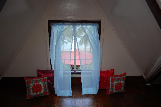 วิลลา เลโอนารา บีช รีสอร์ท: Upper A/C wroom attic window view