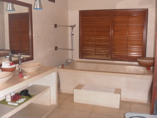 Imaj Private Villas Lombok : 1Br Villa bathroom that caters for 2ppl in the bathtub!