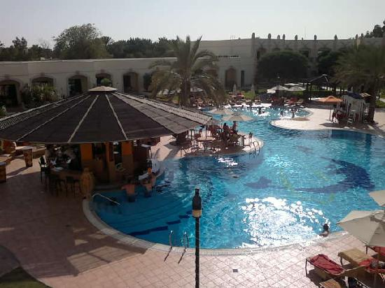 Al Ain Rotana Hotel: View of pool from room