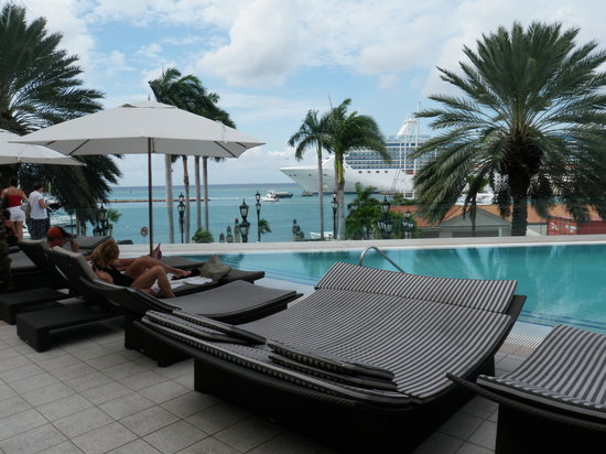 Renaissance Aruba Resort & Casino: infinity pool marina backdrop