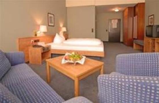 Hotel Augusta: Riesen Zimmer , altes Foto , neus kommt bald