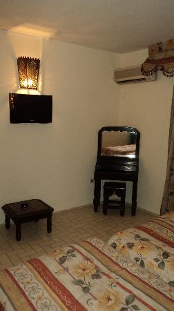 Amalay Hotel Marrakech : TV y mesita