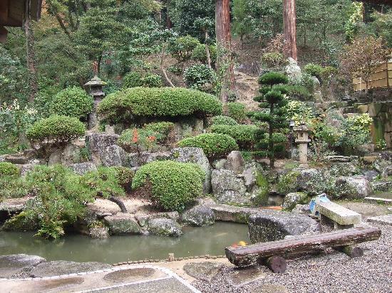 Kibitsu Shrine: 祈祷殿の横のお庭のようなところです