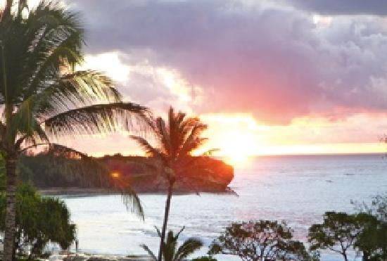 Coastline Cottages Kauai : Shipwreck Beach penthouse- sunrise from lanai