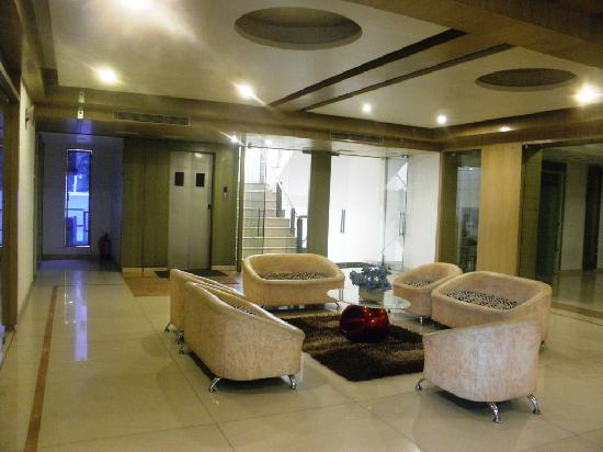 Hotel Paradise & OYO Rooms: Lounge