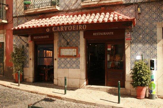 Restaurante O Carvoeiro: The entrance of the restaurant in the heart of historic Lisbon