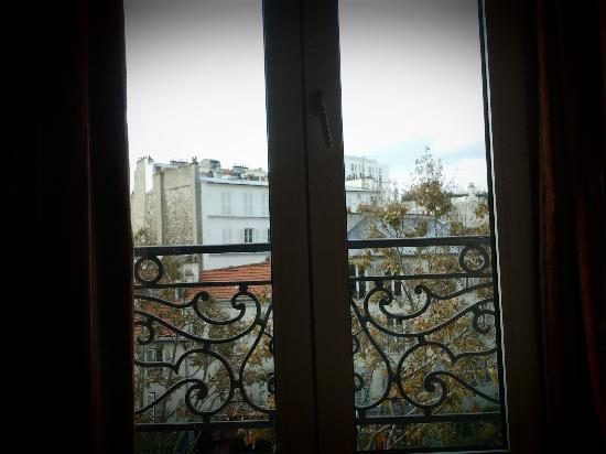 Transcontinental : Vista por la ventana con balcon