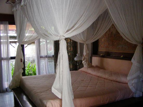 Bali Agung Village: la villeta con letto a baldacchino