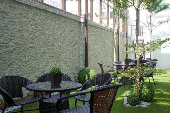 V Garden Hotel: the garden