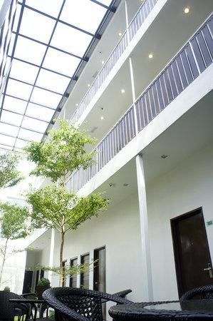 V Garden Hotel: courtyard garden