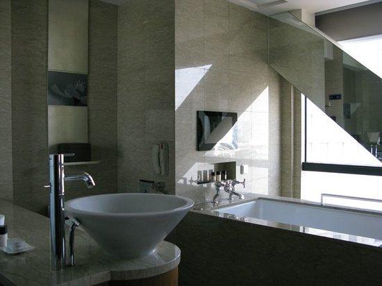 Les Suites Orient, Bund Shanghai: Bathroom