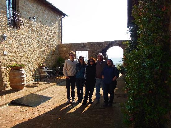 Agriturismo Terrapille: Foto di gruppo nel cortile del podere