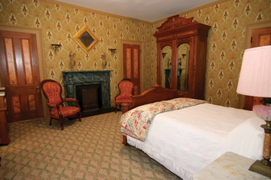 Longwood University Bed and Breakfast : Our room was furnished with handsome, interesting antiques ...