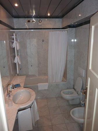 Grand Hotel Gardone: Bathroom