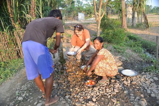 Sapana Village Lodge: Con los Tharu
