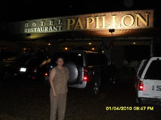 Hotel Papillon: Entrada al Hotel - Estacionamiento p/ Restaurante