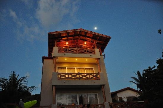 Surf Inn Hermosa: The hotel as dusk, coming in from a surf