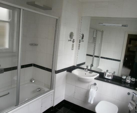 Grange Beauchamp Hotel: Spacious Bthroom