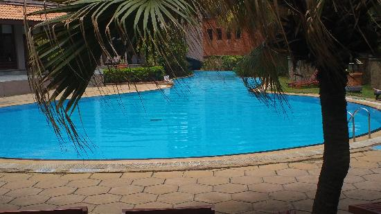Royal Palms Beach Hotel: deep end of the massive swimming pool
